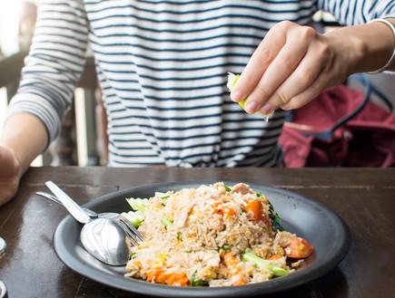 אוכלת צלחת אורז עם ירקות