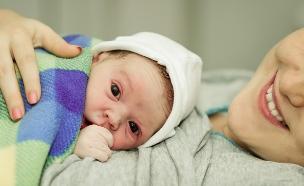 תינוק בזרועות אמו רגעים לאחר הלידה (אילוסטרציה: By Dafna A.meron, shutterstock)