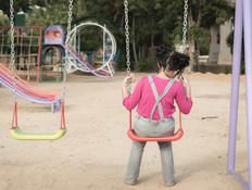 ילדה יושבת לבד על נדנדה (אילוסטרציה: shutterstock)