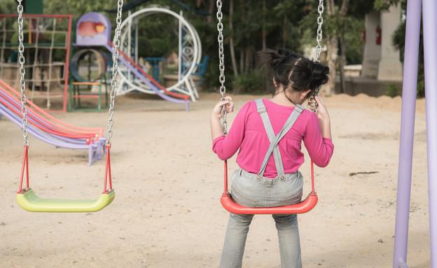 ילדה יושבת לבד על נדנדה (אילוסטרציה: kateafter | Shutterstock.com )