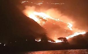 כך נראו הלהבות שהקיפו את האי (צילום: רויטרס, חדשות)