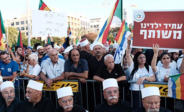 משעות אחר הצוהריים הכיכר התמלאה במפגינים (צילום: Tomer Neuberg/Flash90, חדשות)