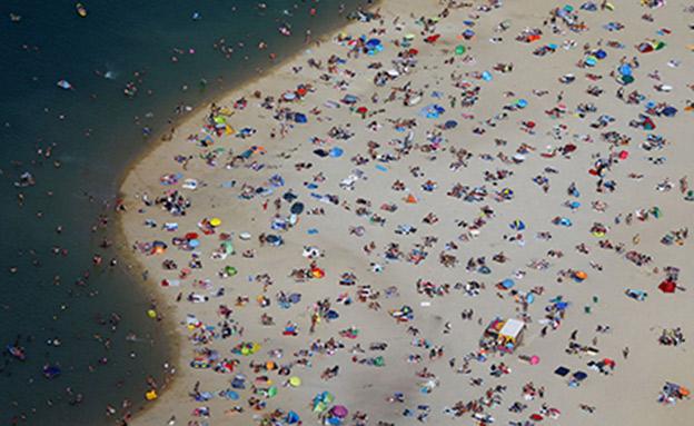 החופים מתמלאים באנשים (צילום: SKY NEWS, חדשות)