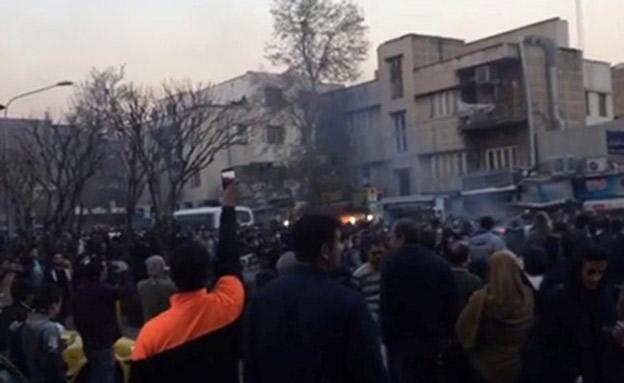 הפגנות נגד המשטר עקב המצב הכלכלי באירן (צילום: רויטרס, חדשות)