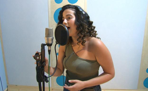 """לזמרת הצעירה הזאת יש ייחוס משפחתי מחייב (צילום: מתוך """"ערב טוב עם גיא פינס"""", שידורי קשת)"""
