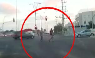 """תיעוד: ילד עף מרכב באמצע כביש סואן (צילום: מתוך """"חדשות הבוקר"""" , קשת 12)"""