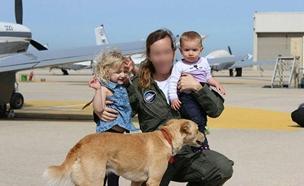 הקצינה ט' עם ילדיה (צילום: דובר צהל, חדשות)
