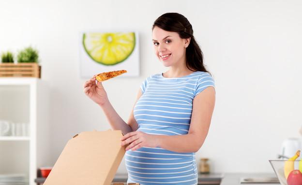 אישה בהריון אוכלת פיצה (צילום: kateafter | Shutterstock.com )