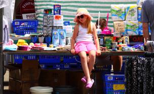 ילדה יושבת על דוכן בשוק בלידס (צילום: kateafter | Shutterstock.com )