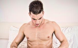 גבר מסתכל מטה (צילום: Feel Photo Art, Shutterstock)