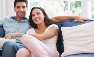 זוג צופה בטלוויזיה (צילום: shutterstock By wavebreakmedia)