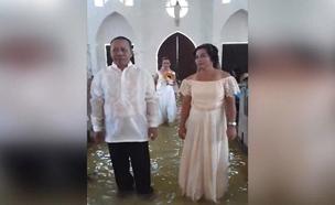 צפו בזוג מהפיליפינים שהתחתן למרות המונסון (צילום: AP, חדשות)