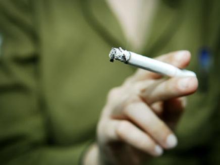 עישון, חייל מעשן סיגריה