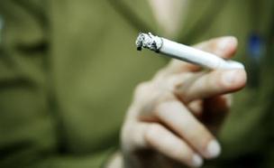 """עישון, חייל מעשן סיגריה (צילום: דו""""צ, באדיבות גרעיני החיילים)"""