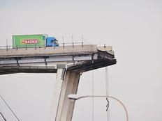 זירת קריסת הגשר בגנואה (צילום: רויטרס)