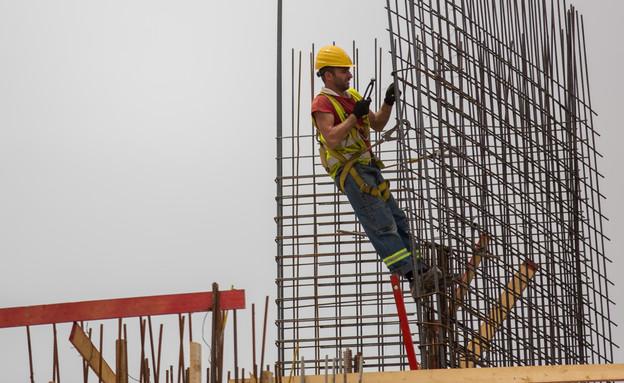 פועל בניין (צילום: יונתן סינדל פלאש 90)