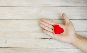 לב אדום (צילום: shutterstock By AnirutKhattirat)