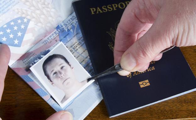 זיוף דרכונים (צילום: shutterstock   karenfoleyphotography)