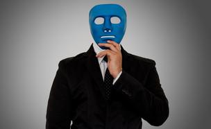 גבר בחליפה עם מסכה (צילום: winuturn)