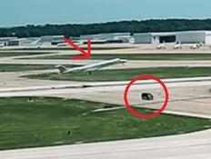תיעוד: מטוס עם 50 נוסעים כמעט מתנגש ברכב