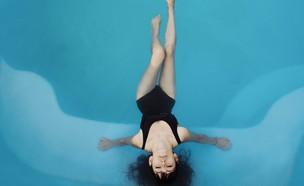 אישה בבריכה (צילום: camila-cordeiro-unsplash)
