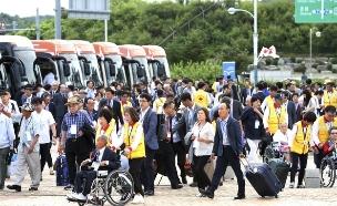 בדרך לאיחוד המשפחות בקוריאה. צפו (צילום: AP, חדשות)