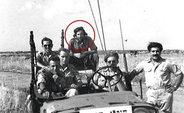 """עם חבריו ליחידת """"שועלי שמשון"""" במלחמת העצ (צילום: מתוך ארכיון אורי אבנרי, הספרייה הלאומית, חדשות)"""