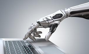 רובוט מקליד על מחשב (הדמיה: Willyam Bradberry, shutterstock)