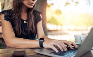 אישה ומחשב (צילום: shutterstock | Jacob Lund)