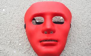 מסיכה אדומה על כביש (צילום: GracePhoto, ShutterStock)