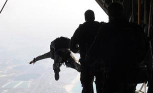 """צנחן צנחנים צונח מצנח (צילום: דו""""צ, חדשות)"""