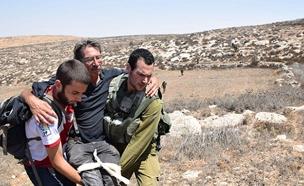 הפעילים שהותקפו (צילום: נסר נוואג'עה, חדשות)