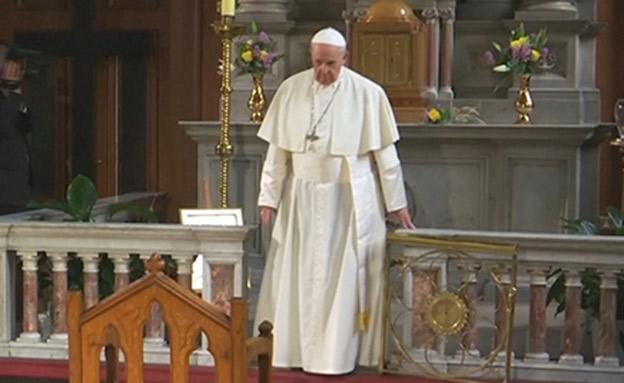 האפיפיור פגש קורבנות תקיפה מינית (צילום: רויטרס, חדשות)