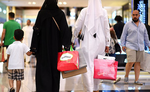 נשים קונות בקניון בדובאי בזמן עיד אל אדחא (צילום: Tom Dulat, Getty Images)
