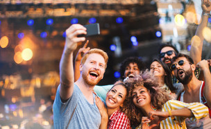 חברים בהופעה (צילום: shutterstock By Pangea8)