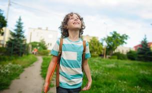 ילד הולך עם תיק על הגב (אילוסטרציה: kateafter | Shutterstock.com )