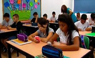 """בת""""א הפלאפונים יושארו מחוץ לכיתות (צילום: חדשות 2)"""