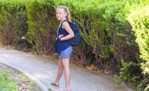 תלמידה הולכת לבד לבית הספר (אילוסטרציה: Inna Reznik, shutterstock)