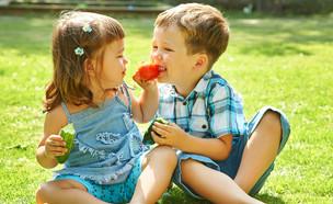 ילדים בחוץ אוכלים ירקות (צילום: Evgeny Bakharev, shutterstock)