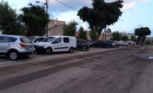 הרכבים לאחר שהועברו למדרכה, הבוקר (צילום: לינוי יצחק, חדשות)