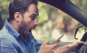 מופתע מהטלפון ברכב (צילום: pathdoc, ShutterStock)
