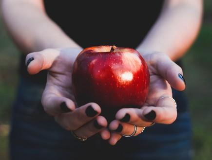 תפוח אדום (צילום: thammie-cascales-on-unsplash)