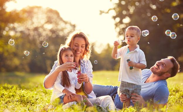 משפחה שמחה (צילום: shutterstock By Lucky Business)