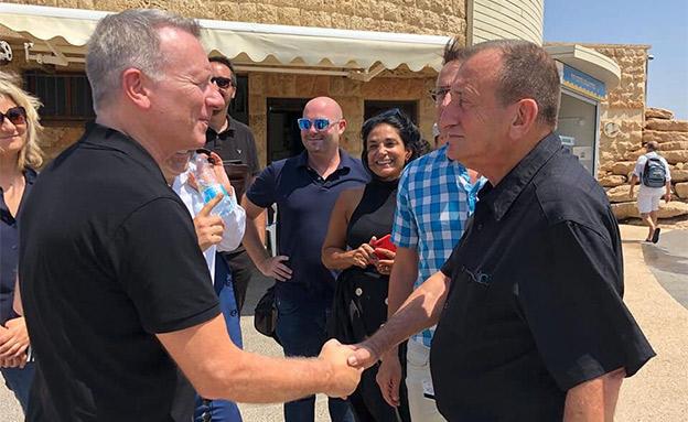 ראש העיר חולדאי והמפקח סאנד, אתמול (צילום: יח״צ כאן, חדשות)