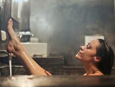 אישה באמבטיה (צילום: bruce-mars-unsplash)