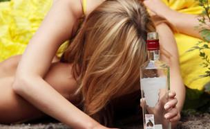 נערה עם בקבוק וודקה (אילוסטרציה: kateafter | Shutterstock.com )
