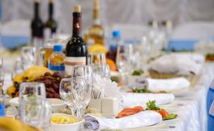 שולחן חג (צילום: Natalya Rozhkova, Shutterstock)