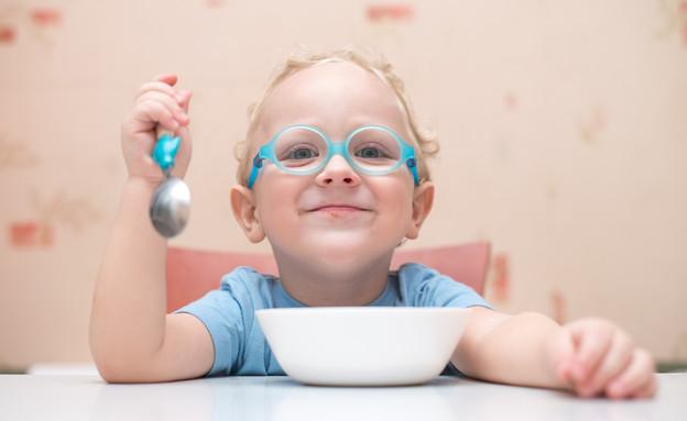 ילד אוכל בשמחה (צילום: shutterstock)