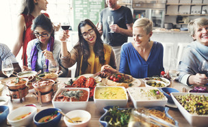 העובדים שמתארחים לארוחת חג במשרד (צילום: kateafter | Shutterstock.com )
