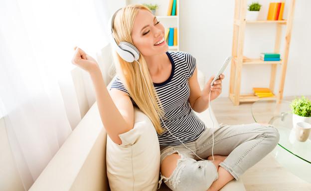 בחורה שומעת מוזיקה